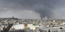 Les fumées de l'incendie de la Courneuve étaient visibles à Paris vendredi en fin d'après-midi