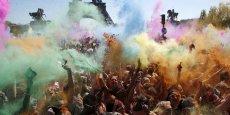 La course des couleurs, qui a eu lieu en avril 2015 dans le 29e pays le plus heureux au monde (la France), prône un mode de vie sain et soutient des associations charitatives.