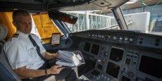 Chez Iberia, la suppression des dossiers de vol papier devrait par exemple permettre d'économiser 150.000 euros par mois sur les courts et moyens courriers grâce à une diminution de 60kg le poids de ses avions.