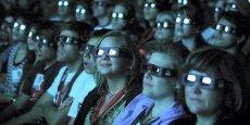 La salle de cinéma n'a plus le monopole de la qualité d'image, ni du son multicanal. Car le cinéma de salon monte en gamme. Avec le boîtier de connexion à Internet aux performances audiovisuelles accrues, le grand écran plat, la barre de son et les autres équipements de home cinéma, le salon rivalise de plus en plus avec la salle.