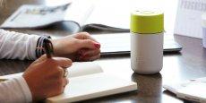 Disponible en de nombreuses couleurs, le gobelet présente une double couche de thermoplastique pour mieux isoler les boissons chaudes.