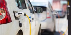 De câbles électriques installés sous terre provoquent un champ électromagnétique: capté par une bobine et ensuite reconverti en électricité par un dispositif dont est équipé le véhicule.