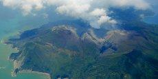 Une énorme colonne de fumée noire et de cendres s'est échappée du cratère du mont Shindake, montant jusqu'à 9.000 mètres.