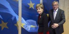 La Première ministre écossaise, Nicola Sturgeon, accueillie à Bruxelles par Jean-Claude Juncker, le 2 juin.