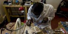 Pour mieux mettre en valeur le savoir-faire des artisans d'art, OneMuze met à la disposition de ces professionnels une plate-forme, baptisée Atelier de créateur, sur laquelle ils créent leur profil. Ici, le bijoutier Aly Dianka dans son atelier lorrain.