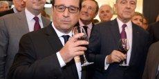 François Hollande, accompagné d'Alain Juppé, maire de Bordeaux, a vanté les mérites de l'oenotourisme, qu'il entend promouvoir, soulignant que 30% des millions de touristes étrangers qui viennent en France sont attirés en premier lieu par sa gastronomie et ses vins.