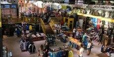 Le Boardriders 162 à Saint-Jean-de-Luz : 750 m2 où se mélangent un magasin dédié aux sports de glisse, un coin lounge avec fauteuils, ordinateurs en libre-service, une bibliothèque, des expositions d'art, concerts, un bar où sont servis charcuterie et vin...