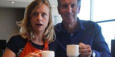 Charlotte Cochaud, en charge du contenu vidéo pour la marque Michel et Augustin en compagnie de Howard Schultz, Pdg de Starbucks