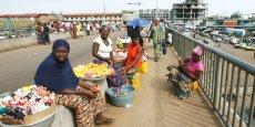 Vendeuses de rue près du marché de Madina, à Conakry, capitale de la République de Guinée.