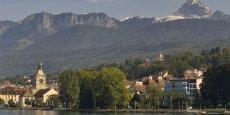 Les autorités cantonales s'opposent par tous les moyens à leur disposition, dans la limite de leurs compétences, aux installations de centrales nucléaires, de dépôt de déchets radioactifs et d'usines de retraitement sur le territoire et au voisinage du Canton de Genève, stipule la Constitution genevoise.