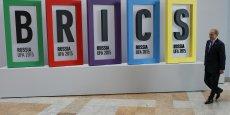 Les BRICS incluent le Brésil, la Russie, l'Inde, la Chine et l'Afrique du Sud. Ils  représentent un cinquième de la production mondiale et 40% de la population.