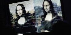 Le tableau de Léonard de Vinci, réalisé entre 1503 et 1506, semblait déjà défier le spectateur et s'en amuser avec son regard pénétrant et son léger sourire. Ici, il ne s'agit donc pas d'inventer une autre Joconde, mais bien de perpétuer le living art, initié, selon lui, par le grand peintre florentin.