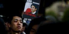 Le jour où Abe est devenu criminel, ont écrit les Japonais. 100.000 manifestants ont passé la nuit devant le parlement pour contester cette loi qui viole les principes de la constitution.