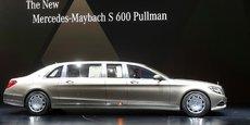 Daimler est le groupe allemand de construction automobile premium qui fabrique notamment les véhicules des marques Mercedes-Benz, Maybach (comme ce modèle de limousine très haut de gamme, ci-dessus) mais aussi les petites urbaines de la marque Smart.