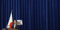Lancés en 2012, les Abenomics, du nom du Premier ministre japonais Shinzo Abe, visent à soutenir l'économie japonaise avec des dépenses budgétaires de plusieurs dizaines de milliards d'euros et un assouplissement de la politique monétaire pour en finir avec vingt ans dedéflation.