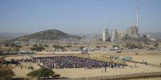 Les cours du platine, dont l'Afrique du Sud détient 80% des réserves mondiales, ont chuté d'un tiers ces quatre dernières années. Sur cette photo, les mineurs de Marikana reprennent le travail en juin 2014, après de longues semaines de conflits.