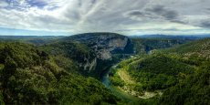 L'Ardèche, bien connue pour ses célèbres gorges invitant aux activités de plein air, a elle aussi développé une stratégie en mettant l'accent sur le cyclotourisme, tout comme sa voisine, la Drôme.