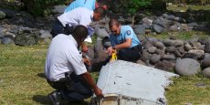 Le fragment d'aile long de deux mètres retrouvé mercredi sur une plage de l'île française, dans l'ouest de l'océan Indien, porte le numéro partiel 657 BB, selon les photos du débris.