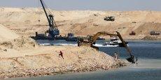 La modernisation du canal revêt un fort caractère symbolique pour le pays des pharaons. Le gouvernement veut montrer la puissance retrouvée de l'Egypte à sa population qui a financé le projet en grande partie par son épargne.