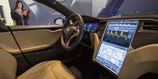 Les véhicules Tesla (ci-dessus une Tesla P85D)  sont hautement informatisés. Les nouvelles options ainsi que les mises à jour des logiciels sont envoyés vers les voitures à travers des connexions internet sans fil.
