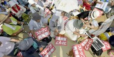 Des centaines de personnes sont ainsi venues manifester leur opposition au redémarrage en brandissant des pancartes sur lesquelles était inscrit arrêtez le redémarrage.
