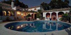 La société Desjoyaux, cotée en bourse depuis 1992, se présente comme le numéro un mondial des piscines enterrées.
