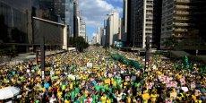 Moins d'un an après sa réélection à la tête du pays, Dilma Rousseff a vu sa popularité tomber sous 10% dans de récents sondages. Le mécontentement est largement répandu dans toutes les catégories sociales face à la montée du chômage et à l'inflation.