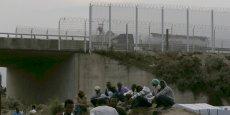Le plan, signé jeudi 20 août à Calais entre le ministre français de l'Intérieur Bernard Cazeneuve et son homologue Theresa May, prévoit que la Grande-Bretagne alloue des moyens supplémentaires pour sécuriser le site d'Eurotunnel. Chaque soir, des milliers de migrants tentent de s'introduire dans le tunnel sous la Manche pour rejoindre la Grande-Bretagne.