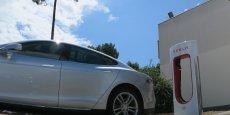 Deux mois après l'ouverture de sa succursale bordelaise, Tesla ouvre les quatre premières bornes de sa premier station de recharge rapide et gratuite sur le parking de l'hotel Novotel Bordeaux Mérignac.
