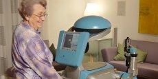 L'exemple du Care-O-bot aide les personnes âgées à se déplacer.