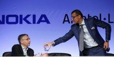 Michel Combes, patron d'Alcatel-Lucent, et Rajeev Suri, dirigeant de Nokia, lors de la conférence commune du 15 avril 2015, à Paris.