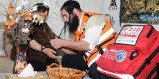 Les bénévoles, tous des professionnels du secteur médical, sont dotés d'un kit complet de premier secours et s'engagent à déroger à leurs règles religieuses dès lors qu'il s'agit de sauver des vies.