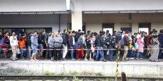 Des migrants viennent de sortir d'un train dans une station ferroviaire ce samedi matin à Vienne (Autriche).