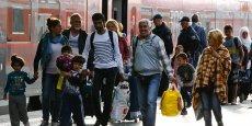 A Munich, à leur descente du train, les migrants étaient dirigés par la police vers des cars et ensuite conduits vers des centres de premier accueil installés dans des bâtiments publics, des hôtels et des casernes.