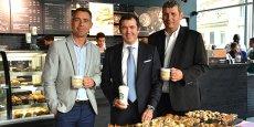Christophe Borgnis, directeur franchise France de Starbucks, entouré des deux premiers franchisés, Lionel Bras et Denis Jardin