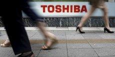 Toshiba a aussi conclu un accord de cession de lignes de production de semi-conducteurs à Sony, une opération qui s'accompagne du transfert de 1.100 salariés.