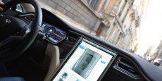 Epuré, le design intérieur de la Tesla Model S est largement dominé par l'impressionnante console tactile connectée qui regoupe la quasi totalité des fonctions, accessoires et options de l'automobile