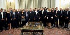 Comme pour le premier gouvernement Tsipras en janvier, les ministres ont prêté serment en deux fois, dans les locaux de la présidence de la République. Un premier groupe a prêté serment sur l'Evangile, devant des dignitaires religieux orthodoxes. Le second, plus important, a prêté un serment civil au Président de la République Prokopis Pavlopoulos.