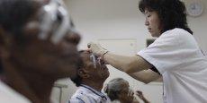 De nombreuses personnes sont contraintes de payer elles-mêmes les soins longue-durée ou de se reposer sur des associations de bénévoles. (Ici une volontaire de l'ONG Vision Care Service en Corée du Sud)