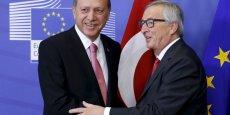 Le mardi 5 octobre, à Bruxelles, les dirigeants de l'UE et le président turc Erdoğan sont parvenus à s'entendre sur un projet d'accord afin de faire face à la crise des réfugiés. Sur la photo Erdogan et Juncker, le président de la Commission européenne.