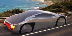 Recouverte, sur 7 m2, de panneaux photovoltaïques disposés sur son toit, The Immortus peut rouler sans s'arrêter et « indéfiniment » à 60 km/h tant que le soleil brille, ou à 85 km/h sur 550 km avec sa batterie.