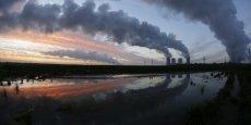 Selon les ONG Oxfam et Les Amis de la Terre, « aucune transition énergétique véritable ne pourra se faire, aujourd'hui, sans une réallocation des flux financiers internationaux des énergies fossiles vers une économie non carbonée ».