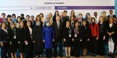 En 2012, dans le cadre de la déclaration de Los Cabos au Mexique, les dirigeants du G20 s'étaient engagés à lever les obstacles à la pleine participation des femmes dans la société et dans l'économie, et à élargir les opportunités pour les femmes dans leurs pays. En photo, les représentantes du Women20 le 17 octobre à Istanbul avec le président turc Recep Tayyip Erdoğan