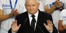 Dans ses premiers commentaires, Jaroslaw Kaczynski a souligné que c'était la première fois dans l'histoire de la Pologne depuis la chute du communisme qu'un seul parti allait gouverner ce pays de 38 millions d'habitants, membre de l'UE et de l'Otan et devenu un poids lourd économique en Europe orientale.