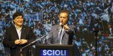 Membre du Front pour la victoire comme Cristina Fernandez (centre gauche), Daniel Scioli, âgé de 58 ans, est présenté comme un modéré au sein du mouvement péroniste, qui domine l'échiquier politique argentin.