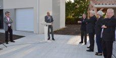 Norbert Hieramente, vendredi après-midi, lors de la visite de chantier à laquelle participaient en particulier Hervé Seyve, maire de Saint-Jean-d'Illac, Philippe Gery (Abri Familial) et l'architecte François Gatti.