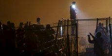 Le 26 octobre, Oxfam International a publié un communiqué rappelant que le budget développement de l'UE devait être alloué à des personnes et non pas à des « fils barbelés ou des postes de contrôle ». Sur la photo, la police autrichienne attend les migrants qui tentent de traverser la frontière entre la Slovénie et l'Autriche, à Sentilj, le 27 octobre.