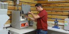 Le bois est soumis à toute une batterie de tests dans le laboratoire de Rovaltain