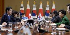 Park Geun-Hye a accueilli Shinzo Abe à la Maison bleue, la présidence sud-coréenne, où les deux dirigeants se sont serré la main en souriant.