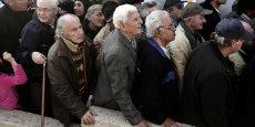 A Athènes, le 25 décembre 2014, des personnes sans domicile fixe attendent de pouvoir entrer dans un gymnase où leur sera servi un repas de Noël offert par la ville à ses déshérités.